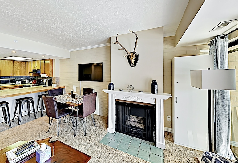 New Listing! Cozy Getaway W/ Hot Tub, Near Slopes 2 Bedroom Condo, Park City, Apartment, 2Schlafzimmer, Wohnzimmer