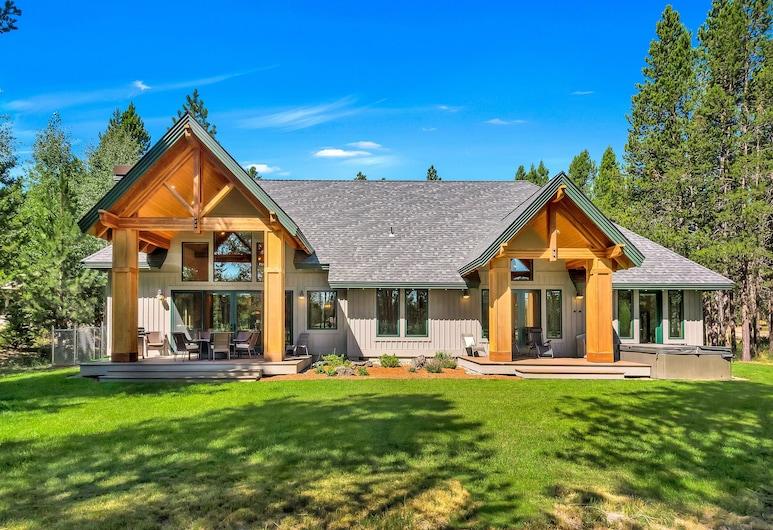 New Listing! Riverfront Oasis W/ Hot Tub & Dock 4 Bedroom Home, Bend