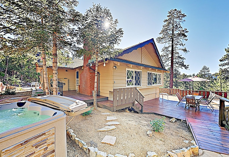 New Listing! All-suite Forest W/ Hot Tub 3 Bedroom Home, Big Bear Lake