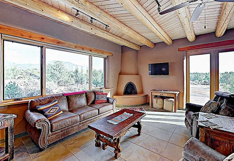 All-new Desert Hideaway: Mountain Views & Hot Tub 3 Bedroom Home, Taos, Hus, 3 soverom, Stue