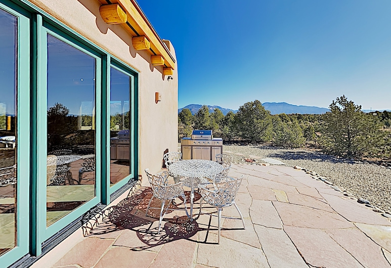 All-new Desert Hideaway: Mountain Views & Hot Tub 3 Bedroom Home, Taos