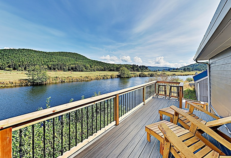 New Listing! Spacious Riverfront Gem W/ Firepit 3 Bedroom Home, Pacific City