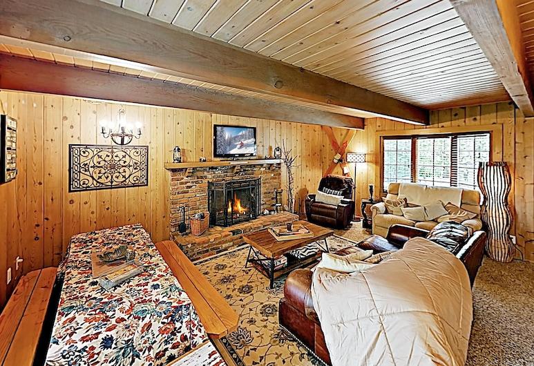 New Listing! Cozy Storybook W/ Private Deck 3 Bedroom Home, Lake Arrowhead, Māja, trīs guļamistabas, Dzīvojamā istaba
