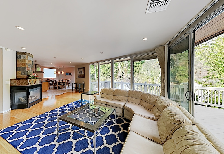 New Listing! Modern Canyon W/ Lush Patio 2 Bedroom Home, Beverly Hills