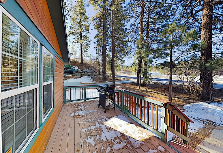 New Listing! Newly Furnished - Hot Tub & Deck 3 Bedroom Home, Big Bear Lake, House, 3 Bedrooms, Balcony