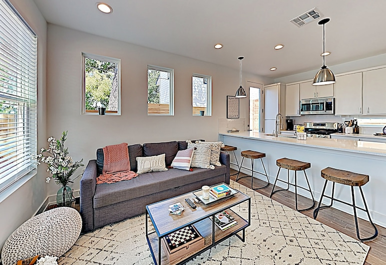 New Listing! Newly Built Luxe Getaway W/ 2 Suites 2 Bedroom Condo, Austin
