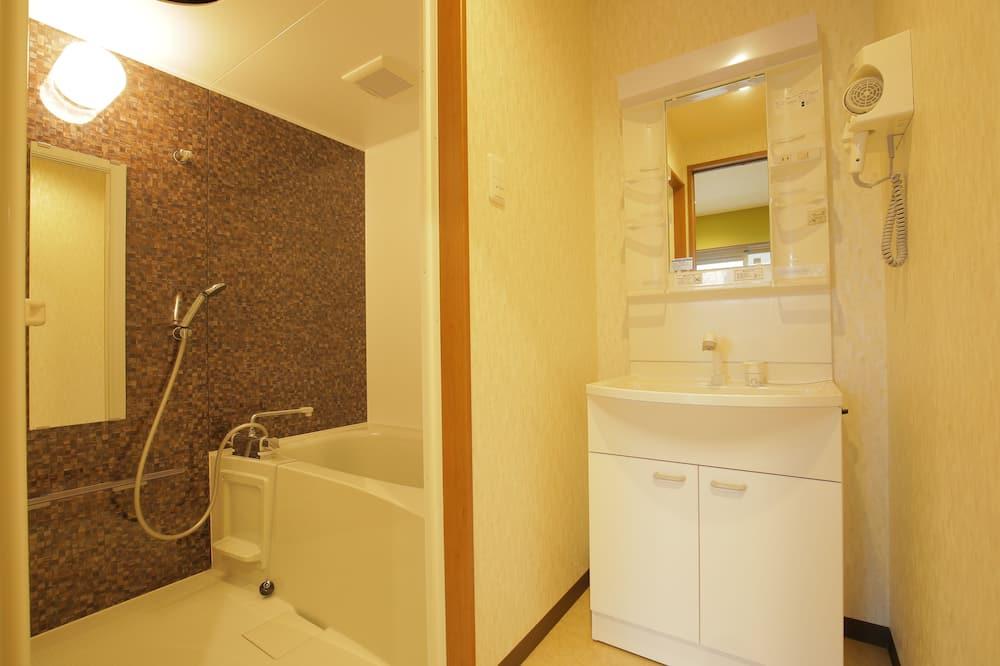 Family Twin Room with Tatami - Bathroom