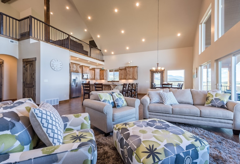 Floor to Ceiling Lake Views - Perfect Family Getaway, Garden City, Living Room