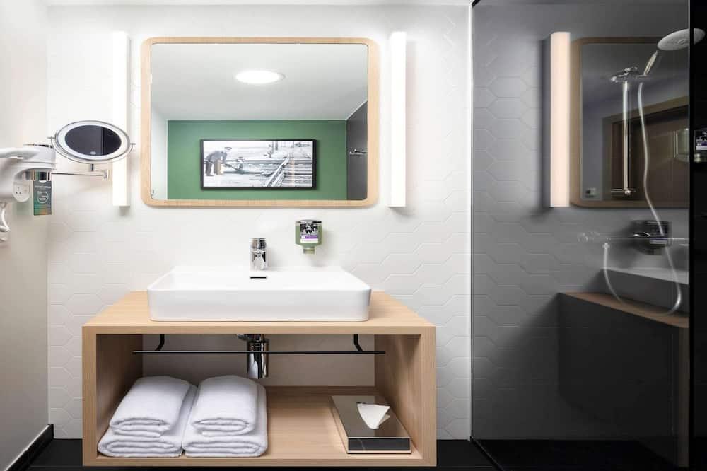 Room, 1 Queen Bed - Bathroom