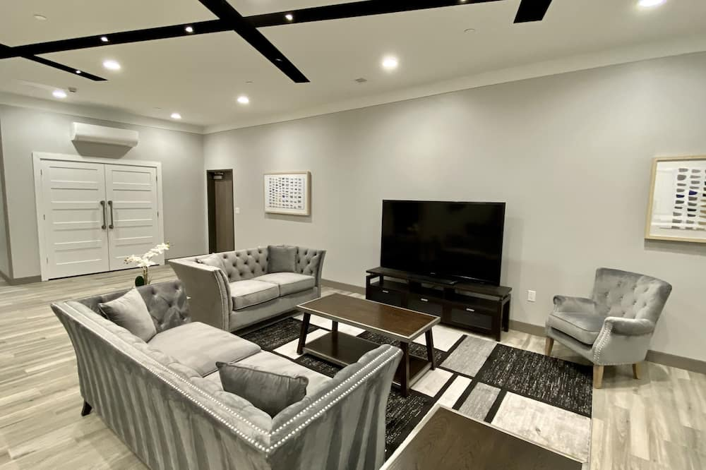 Suite, Multiple Beds, Non Smoking (Three Bedroom) - Living Room