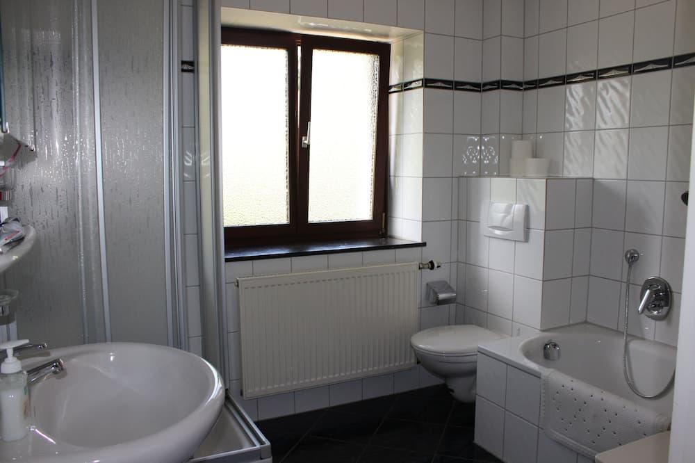Rumah, 6 kamar tidur - Kamar mandi