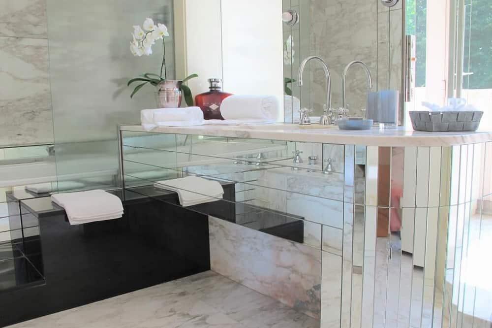 Люкс, 2 ванные комнаты, вид на сад (Grand White) - Ванная комната