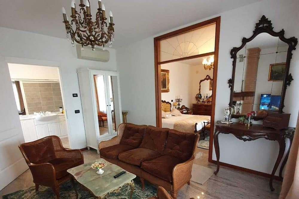 Luxury Suite, Jetted Tub - Living Area