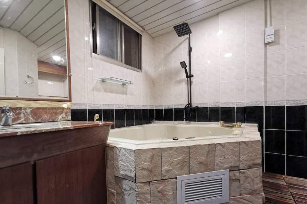 Deluxe četverokrevetna soba, masažna kada - Kupaonica