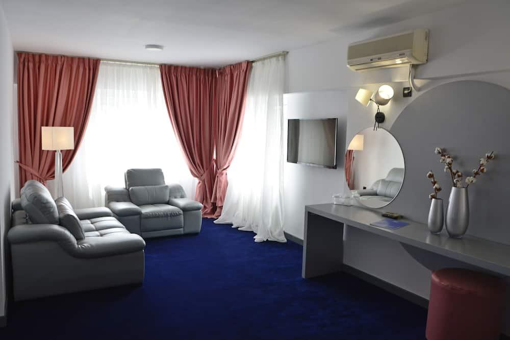 Deluxe Queen Room - Living Area