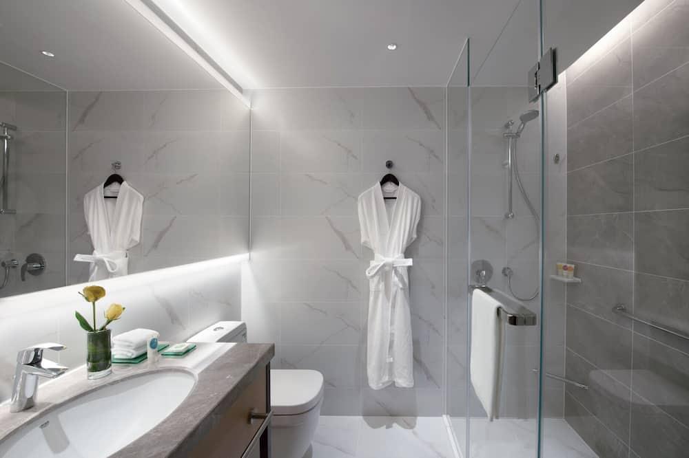 חדר, מיטת קינג וספה נפתחת - מקלחת בחדר הרחצה