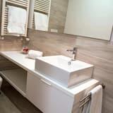 Kolmen hengen huone - Kylpyhuoneen pesuallas