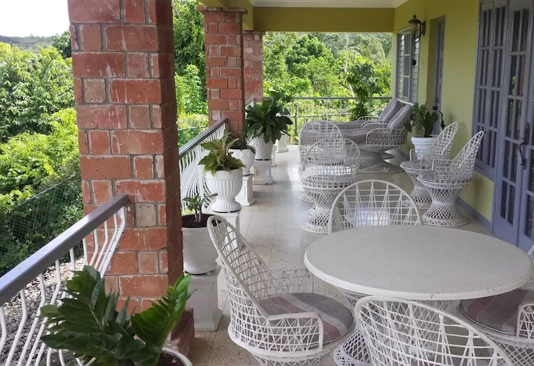 Cozy and Tranquil Studio Apartment in Ocho Rios Overlooking the Caribbean Ocean, 奥求里歐斯, 陽台
