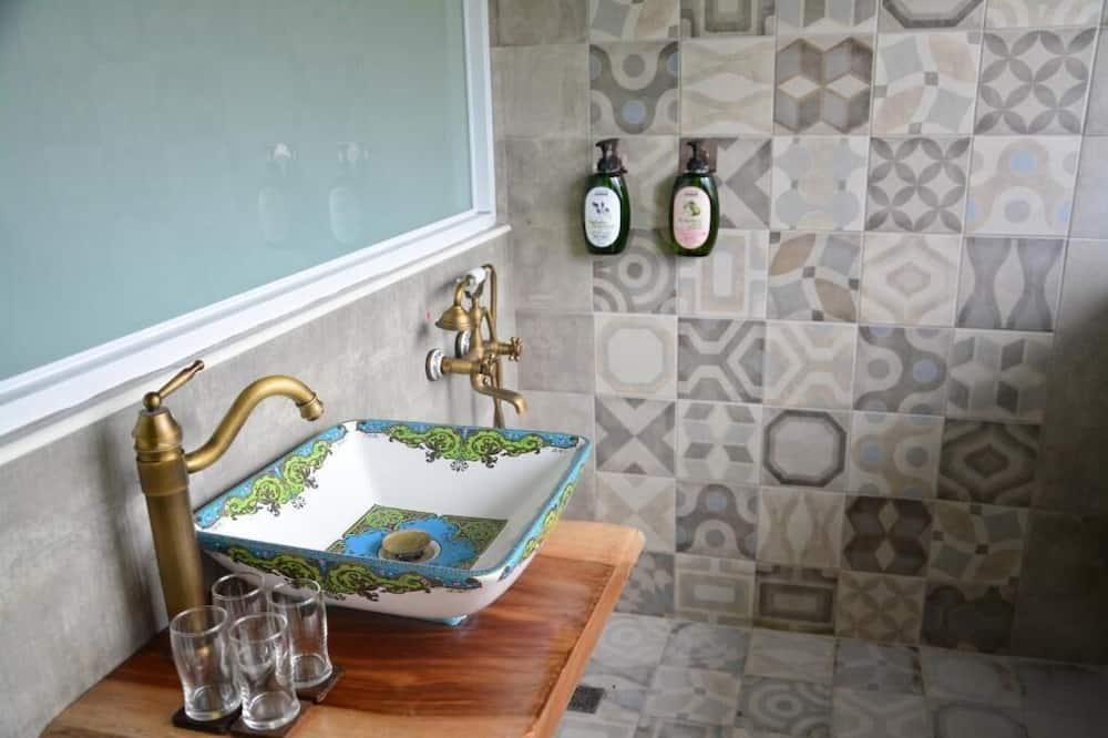 Standard-Vierbettzimmer - Badezimmerausstattung