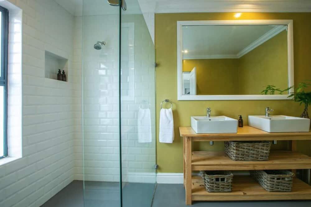Deluxe Room, 1 King Bed, Sea View - Bathroom
