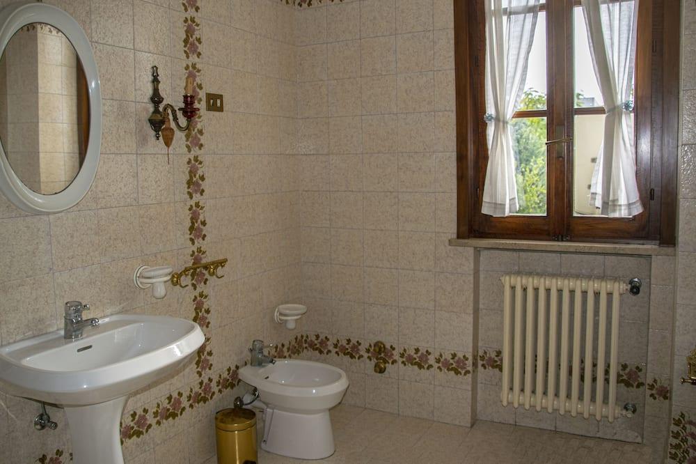 Kamar Quadruple Comfort, 2 Tempat Tidur Queen, beranda (Bagno esterno/ External bathroom) - Kamar mandi