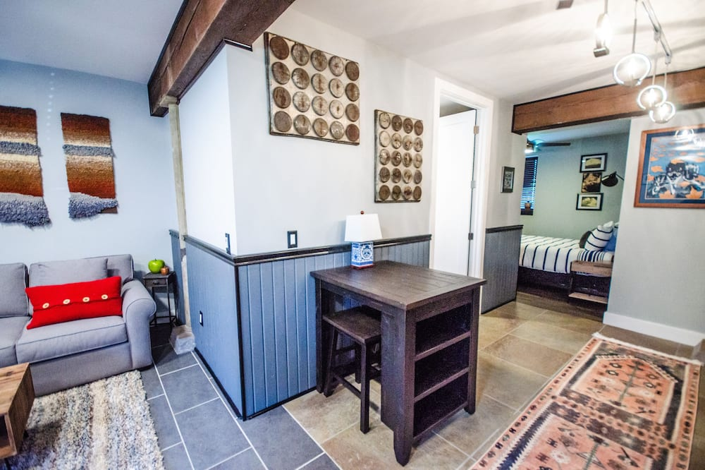 Apartament typu Signature Suite, Łóżko queen i sofa, kuchnia, na parterze (Freeman) - Salon