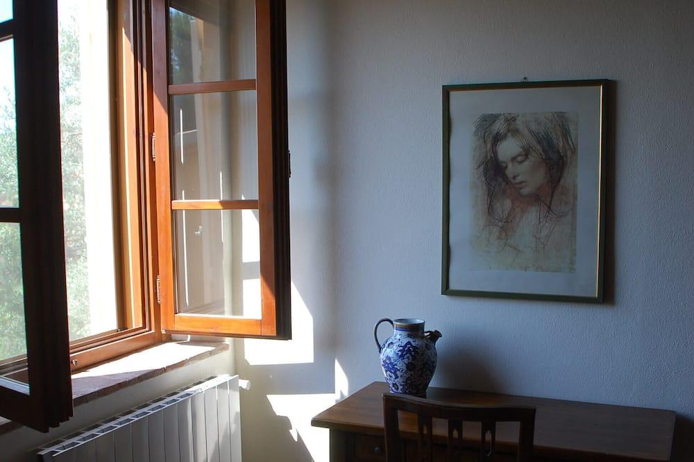 Romantikus szoba kétszemélyes ággyal, 1 queen (nagyméretű) franciaágy, kilátással a kertre - Nappali rész