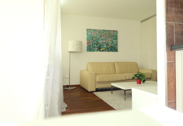 Stylish with Amazing Natural Light! POCKET WIFI, Zürich, Apartment, Room