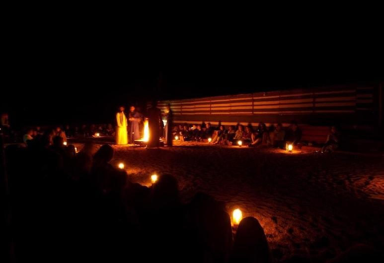 Wadi Rum Desert Camp, Wadi Rum, Façade de l'hôtel - Soir/Nuit