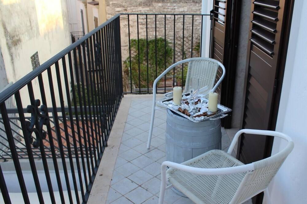 Deluxe szoba kétszemélyes vagy két külön ággyal, közös fürdőszoba, kilátással a városra - Erkély