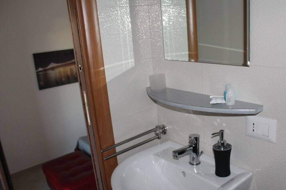 Luxus szoba kétszemélyes ággyal, privát fürdőszoba - Mosdó a fürdőszobában