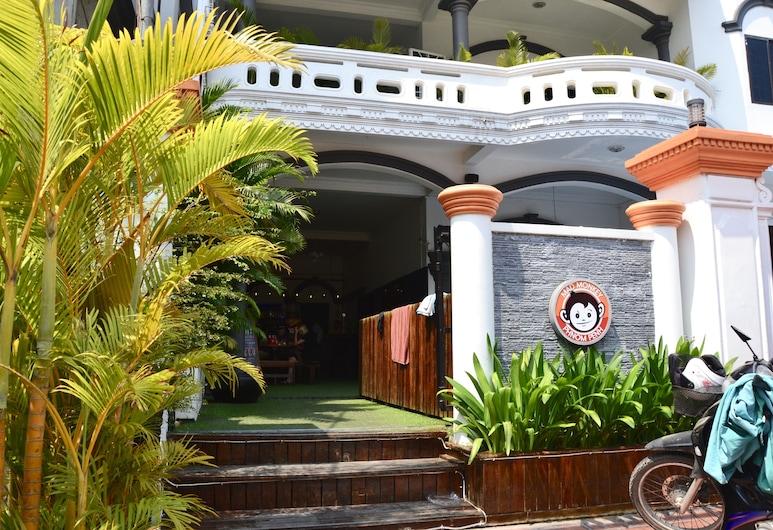 แมดมังกี้ พนมเปญ, พนมเปญ, ทางเข้าโรงแรม