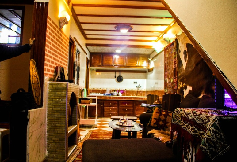 Super Traditional Accommodation in the City Center, Азру, Вітальня