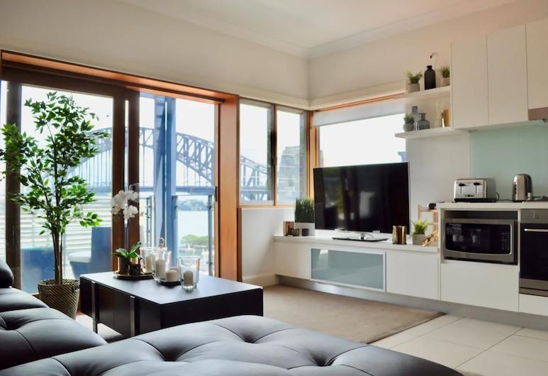 2 Bedroom Home in Kirribilli With a Great View, Kirribilli, Καθιστικό
