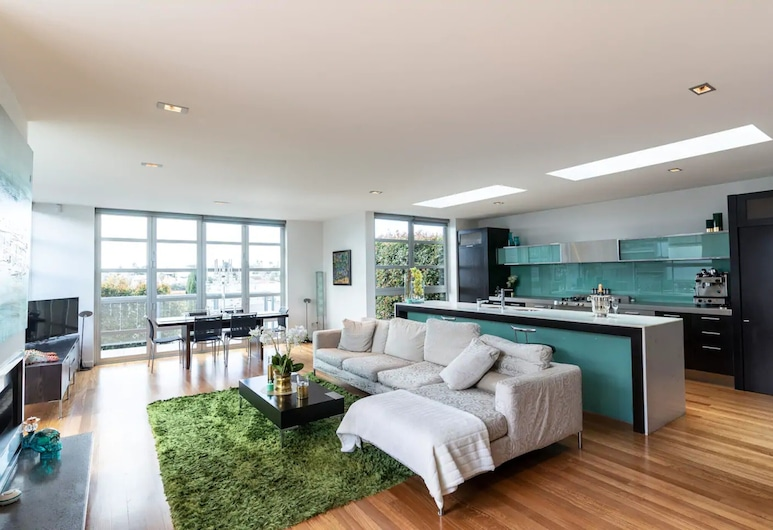 Designer Three Bedroom Home With Harbour Views, Auckland