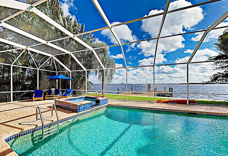 Riverfront Paradise W/ Caged Pool, Hot Tub & Dock 3 Bedroom Home, Cape Coral