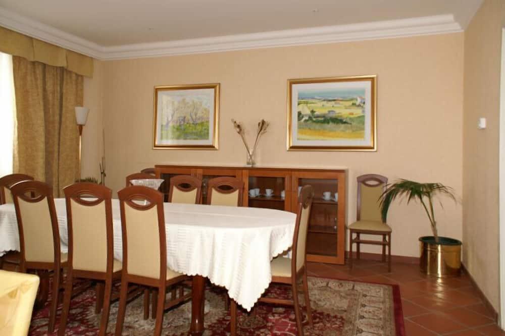 Presidential Suite - In-Room Dining