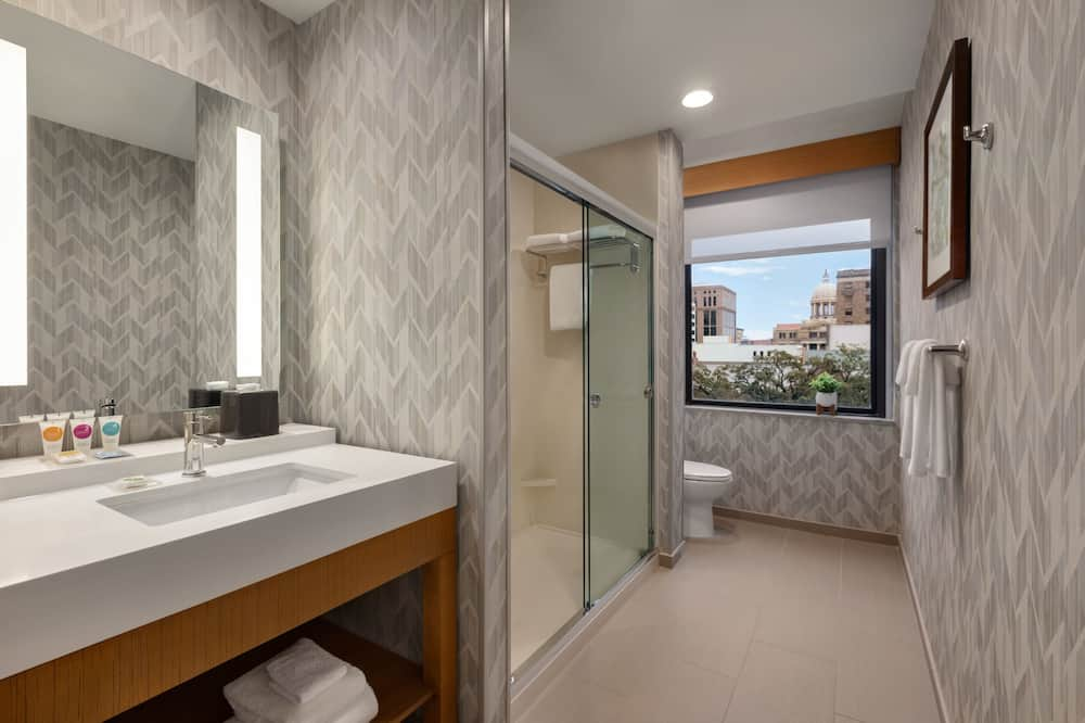 Zimmer, 1King-Bett und Schlafsofa, Stadtblick - Badezimmer