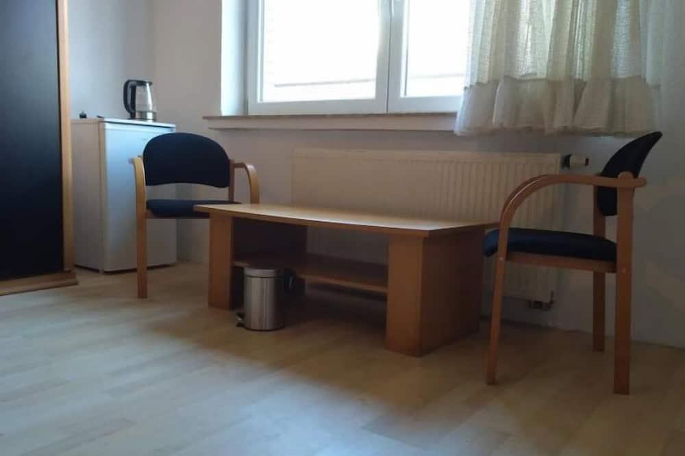 Pokoj se dvěma jednolůžky, společná koupelna - Obývací prostor