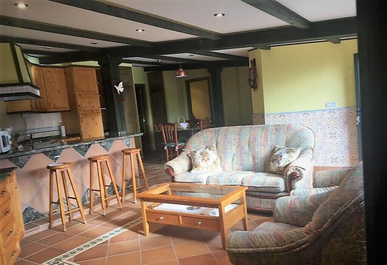 low silver cabin with fireplace far from the bulilcio but close to everything, Poio, Stofa