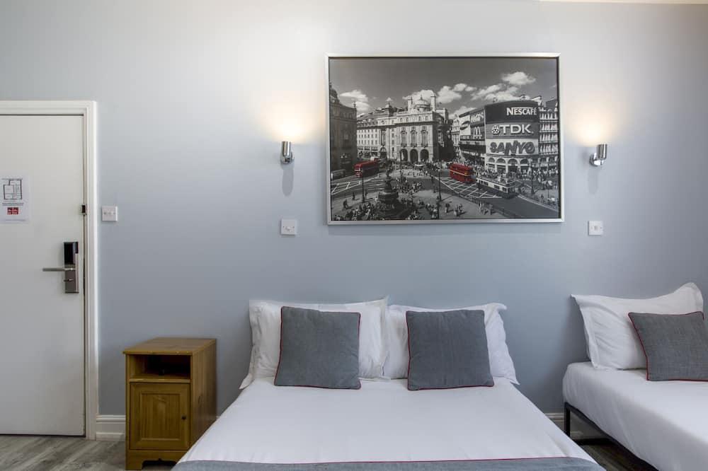 Standard Quadruple Room, Multiple Beds - Living Room