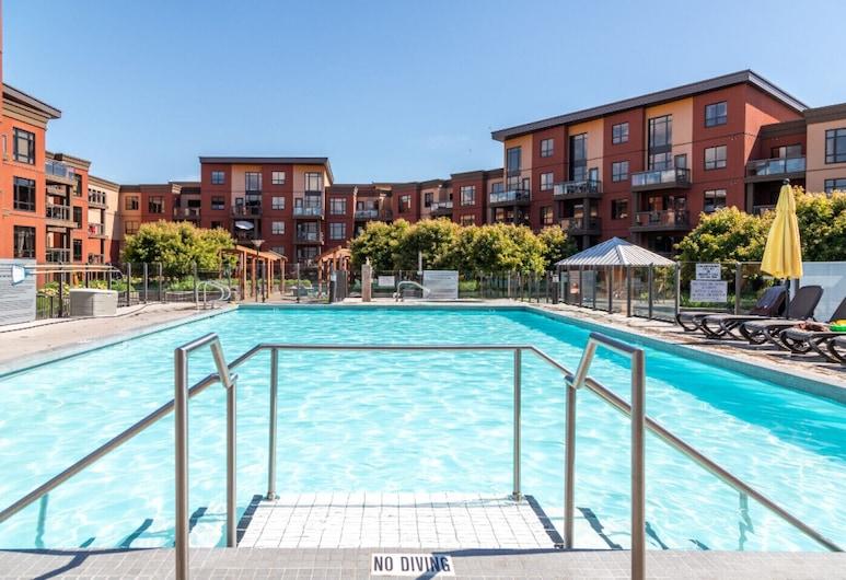~your Happy Holiday Awaits~ Luxurious Resort Condo, Kelowna, Pool