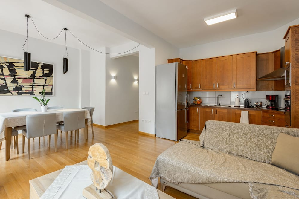 Apartment, 3 Bedrooms, City View - Living Area