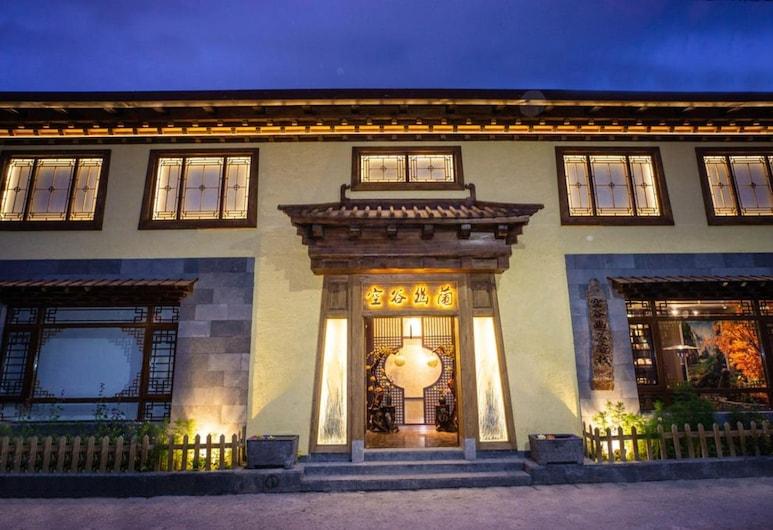 Konggu Youlan Hotel, Deqin, Facciata hotel (sera/notte)