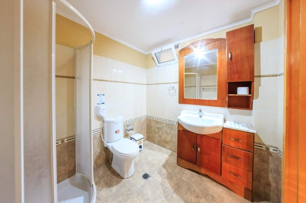 Studio, Multiple Beds - Bathroom