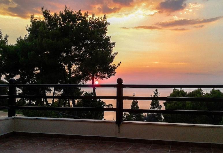 Stylish, big & bright family Villa next to Beach, קסנדרה, וילה, מרפסת