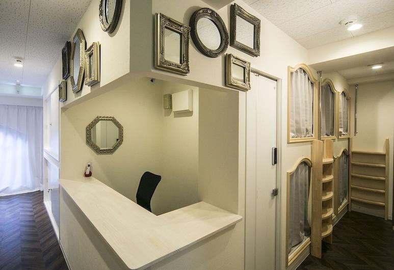 鏡中愛麗絲青年旅舍, 東京, 入口
