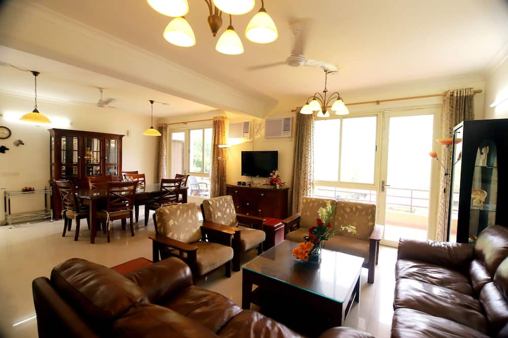 Luxury Apartment, 3 Bedrooms, Mountain View - Living Area