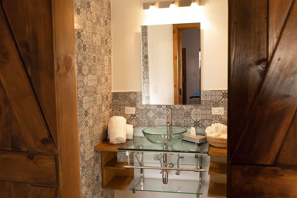 Deluxe-Einzelzimmer, 1King-Bett, Gartenblick - Waschbecken im Bad