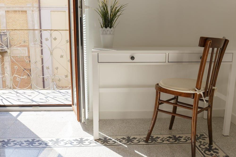 Kambarys (1 dvigulė / 2 viengulės lovos), bendras vonios kambarys (external - balcony) - Balkonas